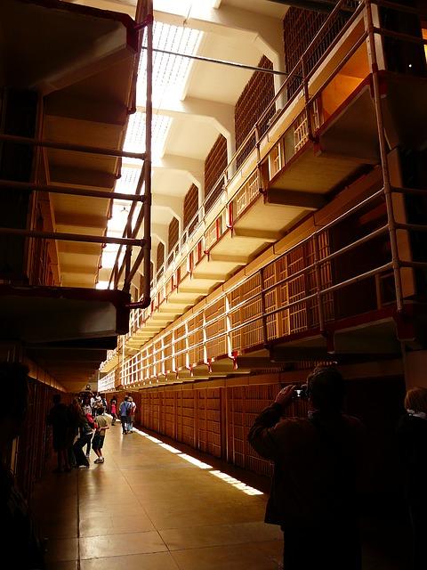 prison 4913 640 - Regelmäßige Überprüfungen der Haftbedingungen